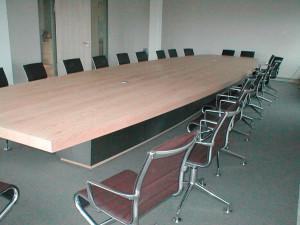 Konferenztisch mit Gestell.