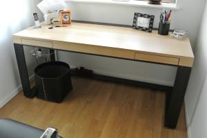 Schreibtisch Eiche furniert. Gestell aus Eisen.