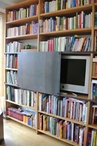 Bücherregal aus Leimholz mit Schiebetür in Eisen schwarz.