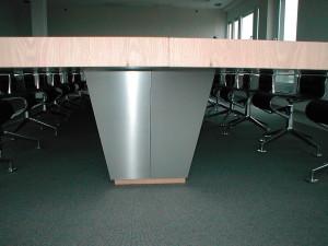 Tischgestell konisch mit Edelstahlschichtstoff belegt.
