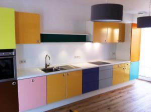 farbenfrohe Küche  als Ergänzung des Altbestandes.