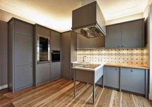 Klassische Küche mit Lackfronten und vielen versteckten Funktionsteilen.