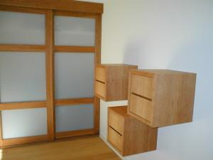 Schiebetüren mit Schubladenwürfeln aus Kirsche geölt.