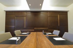Konferenzraum in Leder und Nußbaum. In Zusammenarbeit mit Labsdesign.