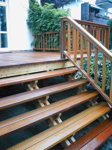 Treppe aus Lärche mit Auflager Bangkirai.