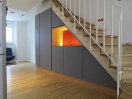 regal unter treppe free das regal unter der treppe hat eine auf einer seite finden bcher platz. Black Bedroom Furniture Sets. Home Design Ideas