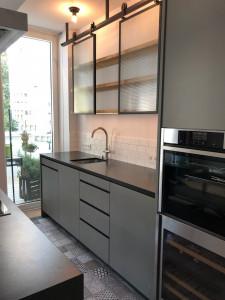 offene Küche mit schwarzen Eisenelementen.