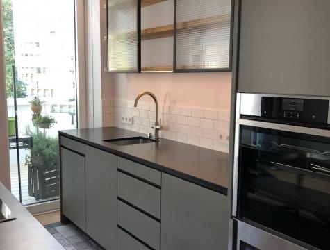 offene Küche mit Eisen schwarz