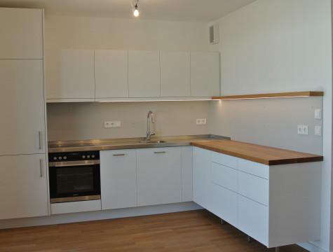 Küche mit zwei verschiedenen Arbeitsplatten