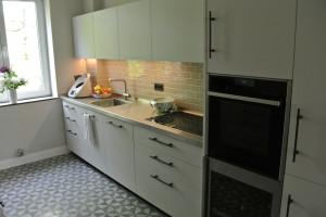 Küchenzeile mit Edelstahlarbeitsplatte