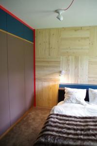 Schlafzimmer mit Holzrückwand