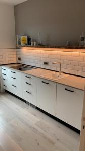 Minimierte Küchenzeile  mit Lichtboden
